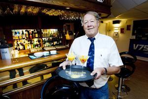 Berndt Erlandsson är en välkänd profil i Gävles restaurangvärld. I dag fyller han 75 år och tycker fortfarande att det är lika roligt att jobba.