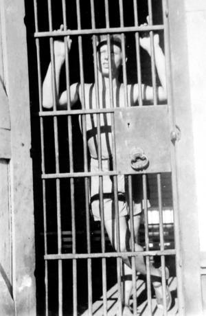 Eftersom Kent sjögren inte hade uppehållstillstånd i Australien var han eftersökt av polis och hamnade 1955 i finkan där han fick sitta en månad innan ett tillstånd utfärdats.