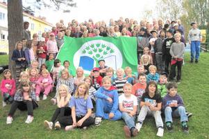 Barnen i Rots skola har fått sina gröna flagga som de dock inte kunnat hissa ännu eftersom flagglinan gått av.
