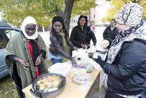 Medlemmar i Vänskaps- och integrationsföreningen sålde falafel till hungriga manifestationsdeltagare.
