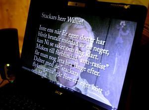 I ett brev som Stig Wallin läser kallar en anonym brevskrivare honom för