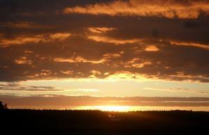 På bilden är de en fin solnedgång över Kärrbo.