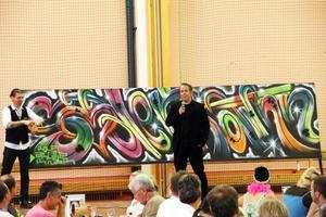 Konstnären Rolfcarlwerner livemålade graffiti med Söderhamnstema under lunchen.