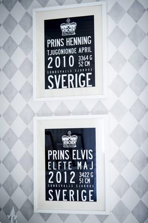 Barnens födelsetavlor sitter på väggen i vardagsrummet.