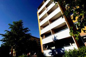 Fall från femte våningen. En 22-årig man vårdas på Akademiska sjukhuset i Uppsala för livshotande skador som han ådragit sig efter ett fall från femte våningen i en fastighet på Sturegatan i Falun. Foto: Johan Solum