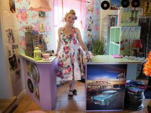 Emma Olsson har fått hjälp av bland annat sin sambo, Pär, som har byggt disken som är tidstypiskt dekorerad.