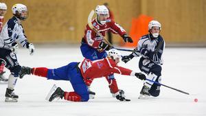 Petter Andersson på knä när Erik Jakobsson är på väg framåt.
