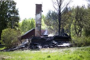 Bara skorstenen stod upp dagen efter branden.