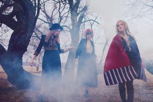 Abalone Dots. Louise Holmer, Rebecka Hjukström och Sophia Hogman bildar gruppen Abalone Dots som nu uppträder på Parkfesten i Nora.