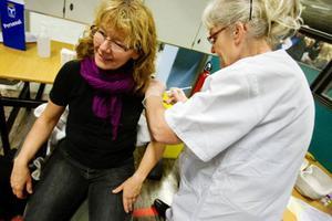 Östersunds kommuns vårdpersonal passade på att vaccinera sig. Här får Lotta Åkerlund sitt stick av distriktssköterskan Anna Johansson.