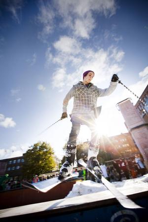 ÅKTE UTFÖR. Johan Boman från Sigtuna tyckte att det fungerade fint att åka utför på den tre meter höga konstgjorda backen på Stortorget i Gävle.