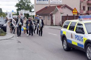 Polisen ledde studenttåget genom köpingen.