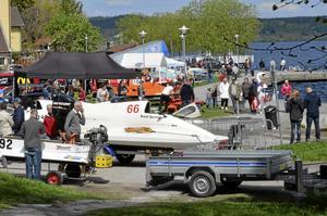 Racerbåtstävlingarna på Norasjön har blivit en tradition som drar en hel del folk. På lördag är det dags igen med start klockan 12.00. Arkivfoto: Thomas Eriksson
