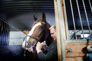 Hästvärlden är inte ny för Peter Sahlin vars familj har ett stort intresse. Men han har inte ridit mycket själv. Nu deltar han i kursen och rider familjens häst, Funder.