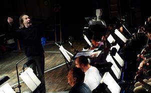 Dirigent Jonas Dominique manar på Nordiska kammarorkestern som igår premiärtränade på Tommy Rehns
