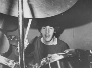 2. Kan detta vara trummisen i bandet Admit? Men när och var är bilden tagen?   Uppdatering: Mats Jonsson vet med sig att detta är Ulf Andersson i Admit och att bilden är tagen någon gång 1980-1981.