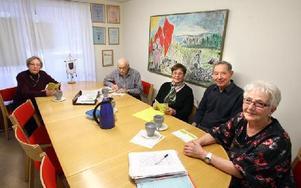 De har träffats i studiecirkel i femton år och valt olika teman, ofta historia. Nu läser de om EU. Men själva träffarna är också viktiga.-- Det är en pratglad grupp, säger ledaren Inge Kreander (till höger).Övriga från vänster: Evelyn Johansson, Stig