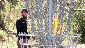 Daniel Runnvik sätter en frisbee i korgen.