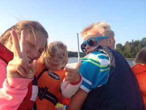 På väg hem från släktträff på Ljusterö, Linnea, Elin och Oskar!