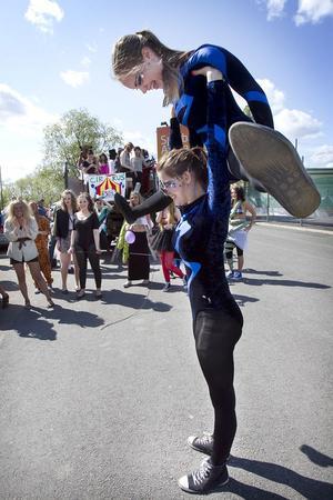 Akrobaten Louise Sydh med ett förflutet i Hudikgympan lyfter Petronella Sjöö. Båda är avgångselever i estet foto och film.