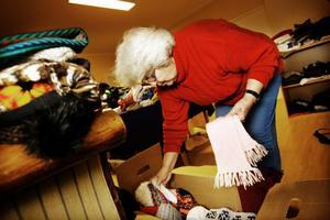 Ulla Jonsson, Delsbo, packar upp kläder som har skänkts till Svanbacken, som senare ska fördelas till de asylsökande.
