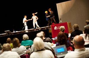 I tisdags dansades det på landstingsfullmäktige, här bjuder några medlemmar på en riktig bugg, fr v Patrik Bergström, Mimmi Backskog, Mariann Wiklund och Mats Mattiasson.