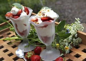 Jordgubbar är viktiga till midsommar. Servera gärna som överdådig dessert med maränger, sylt, glass, grädde och kaksmulor.   Foto: Dan Strandqvist