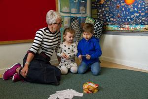 Pratar om kroppskontakt. Pedagogen Pia Pianadei och barnen Emilia Özel, 3 år, och Charlie Eilegård-Wallin, 5 år, talar om att kramas. Charlie anser inte att man måste krama någon som ger en en present. Det räcker att le och säga