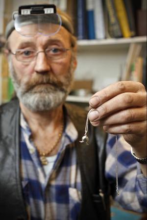 Parasiten ska nu få göra nytta för sig. Smycket är skapat av Örjan Södergren, guldsmed och gravör i Östersund.
