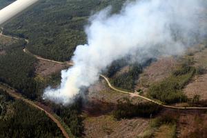 En hög rökpelare steg upp från marken utanför Långsele. Det visade sig vara en riktig brand.