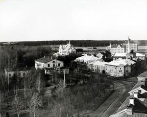 Familjen von Krusenstjerna flyttade in i ett hus som låg i utkanten av staden, men som stack ut genom sin arkitektur. (Längst bort i bilden).