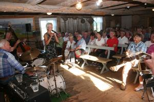 Jazzkvällen på logen var solig och varm, liksom sångsolisten Gunilla Öbergs välljudande röst.