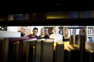 nyttigt projektarbete. Sofia Krigh, Broderick Lundbäck, Per Hallgren, Sandra Elander, Jeff Wijesinghe, Joni Halonen fick ta emot checken på 10 000 kronor som bland annat ska användas till att ordna bokhyllor på ett skolbibliotek i den sydafrikanska byn Cata.