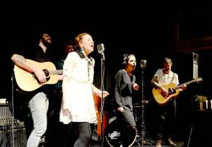 Ida Segersten från Svenstavik är en av sex medlemmar i San Fairy Ann. På bilden syns även gitarristerna Justin Rubin och Mathias Johansson, samt basisten David Lindberg.