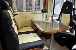 Sober skinnklädsel i husbilen Dethleffs Esprit I 7150 EB. Priset med tvålitersmotor är 750 000.