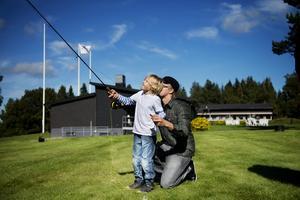 """Sjuårige Folke Eriksson testade flugfiske med Martin Waldenryd som lärare. """"Kul men svårt"""" blev Folkes betyg."""