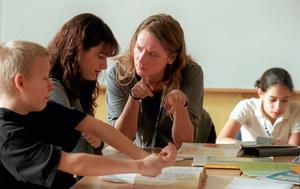 Högre lön krävs. Enligt Lärarnas Riksförbund gör dagens låga löneläge att det är för få som vill bli lärare. Bilden visar två elever och en lärare.foto: Frida Hedberg/SCANPIX