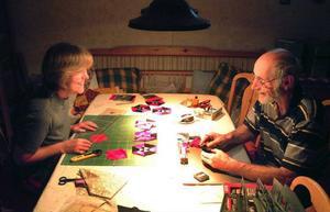 Hobbyflitens lampa lyser ofta och länge hos Bettina och Harald som sysslar med kviltning respektive modelljärnväg.