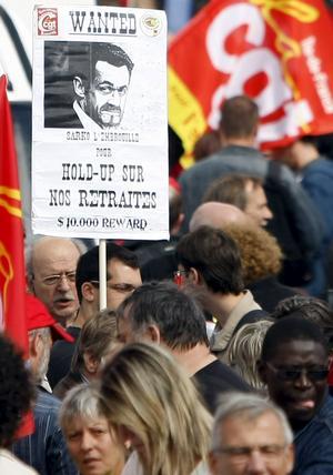 Trängd president Sarkozy. Demonstranter angriper beslutet att höja den franska pensionsåldern från 60 till 62 år. foto: scanpix