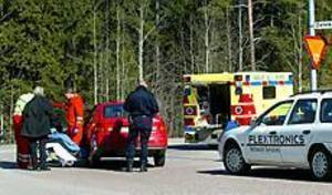 Foto: AnnaKarin Björnström Plåtskador. Ingen rapporterades ha fått allvarliga skador men en kvinnlig förare hade nacksmärtor.