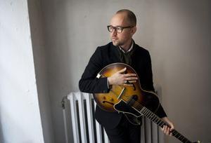 Tomas Andersson Wij är aktuell med en ny skiva och en bok med ett urval av sångtexter.