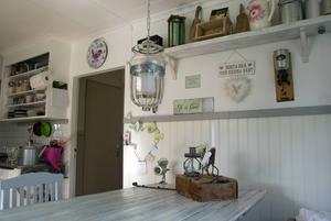 Köksbordet är gjort av en gammal ladudörr som vilar på ett symaskinsunderrede.