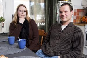 Besvikna. Lena Andersson och Petri Teräväinen tycker att det är konstigt att deras dotter Elsa flyttas från dagmamma till förskolan, där det är överfullt, något som VLT berättat om tidigare.