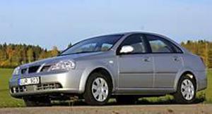 Daewoo Nubira är en trevlig mellanklassare till lågpris som överraskar positivt. Linjerna är eleganta men så är bilen också ritad av italienska Pininfarina. Foto: Olle Hildingson