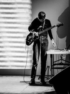Ellen Arkbro ensam med gitarr och laptop i en Gävlekonsert som man ville skulle fortsätta.