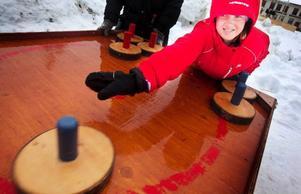 Mathilda Matsdotter provar på bordscurling, som är en av sportlovsaktiviteterna på Jamtli. Foto: Håkan Luthman