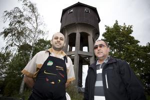 Firakt Karakurt och Ali Karagöz, delägare i Näsbysjöns Vägkrog, vill göra ett trevligt fik av det gamla vattentornet vid rastplatsen efter riks 80 i Storvik. En tjänsteman på kommunen har sagt nej. Men tekniska chefen Erika Ågren tycker att idén låter bra.