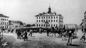 FOLKMASSA. Med sina knappt 10 000 invånare var Gävle en av Sveriges största städer i mitten av 1800-talet. En del av dem hade samlats på Rådhustorget när den här bilden ritades.