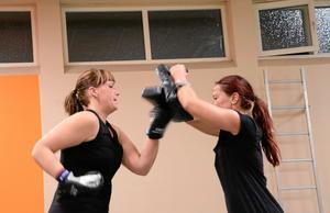 Pulshöjande. Eva-Karin Larsson och Marie Bäck peppar varandra i en av boxningsövningarna.