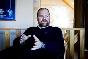 Det råder interna stridigheter i Ljusdals BK. Magnus Persson försvarar sig från den kritik han fått av klubbens avgående ordförande Yvonne Oscarsson.